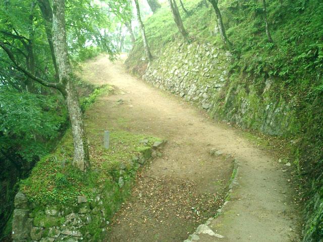 城への山道