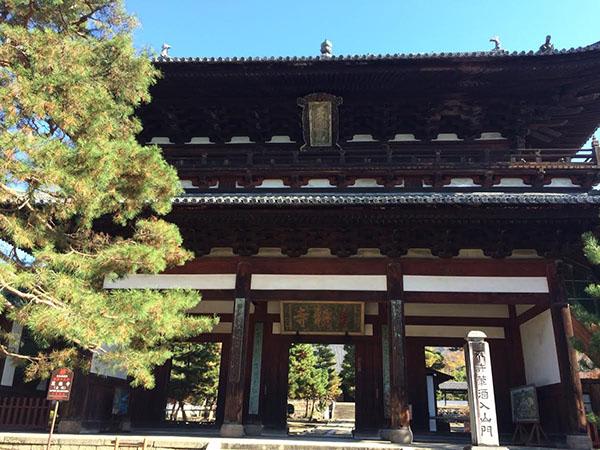 黄檗宗大本山「萬福寺」。静寂と凛とした空気の中で季節を感じる。